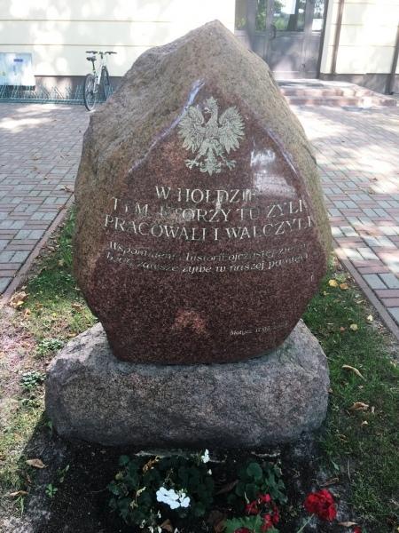 Pomnik-1